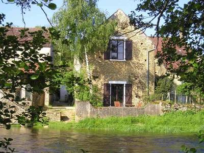 Boerenhuis aan rivier bij Vézelay